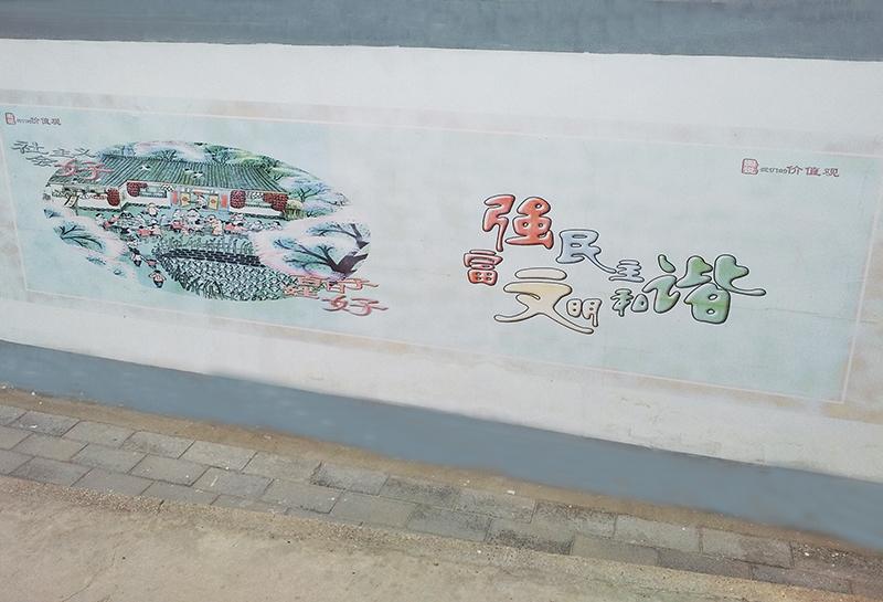 """""""文化墙""""的内容既有中华传统美德,也有民风民约,还有伟大中国梦,贴近"""